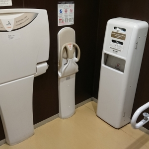 多目的トイレのオムツ交換台とベビーチェア
