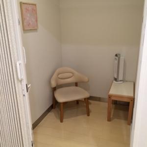 個室は二部屋です。アコーディオンカーテンの扉で鍵がかけられます。