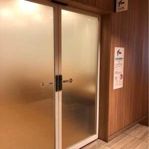オムツ交換室入り口です。授乳室とは分離しているので男性も入れます。