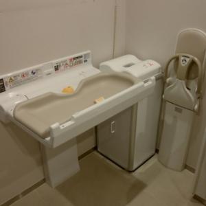 1階障害者用トイレにオムツ替え台・オムツBOXがあります