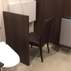 授乳室隣の個室トイレもオムツ交換台、イス一脚有り。洗面台は簡易のため、調乳は出来ず、母乳をあげる方なら利用できそう。