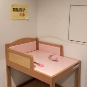 授乳室の外に1台オムツ替え台があります。こちらは男性も使用できます。