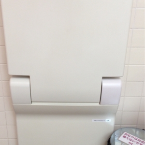 女子トイレ内のおむつ交換台です。