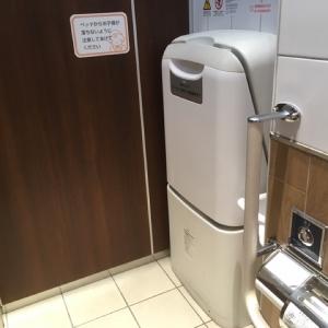 女子トイレ個室にも一ヶ所オムツ交換台があるので、抱っこ紐から一時的におろして用をたすことができます。