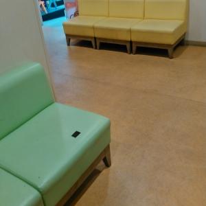 おむつ変えスペース横のソファ