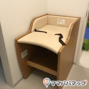 キッズスペース内のおむつ台は一つですが、こちらの施設は他のトイレにもおむつ台があります。