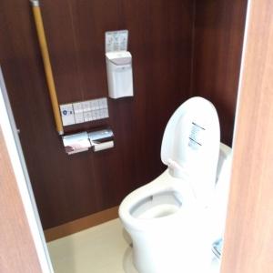 三階トイレ内 狭くベビーチェアなどは無い。