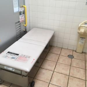 多目的トイレの簡易ベッドとベビーチェア