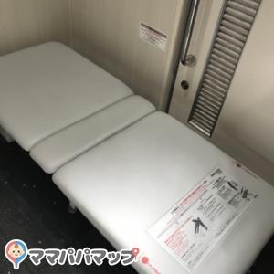 正門側駐車場 多機能トイレのオムツ替え台情報 画像3