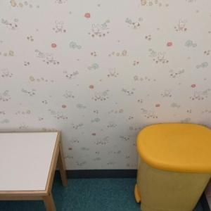 授乳室内のテーブルとオムツゴミ箱