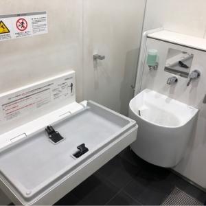多目的トイレ内にオムツ替え台があります。ベビーカーでも楽々入れます。