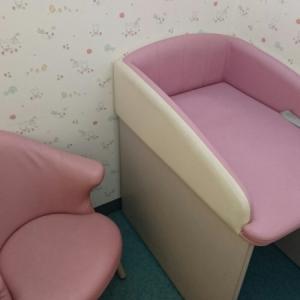 授乳室内のオムツ替え台と椅子
