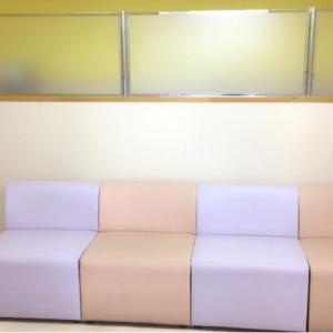 オムツ交換スペース手前のソファ