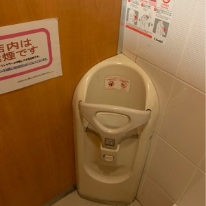 女性用トイレ奥 ベビーチェア
