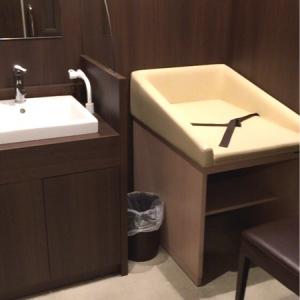 授乳室。オムツ交換台、イス一脚、洗面台(調乳用のお湯が出る)とスペースは広め。普通のゴミ箱が一つ置いてあったが、オムツを捨てて良いのかは不明。