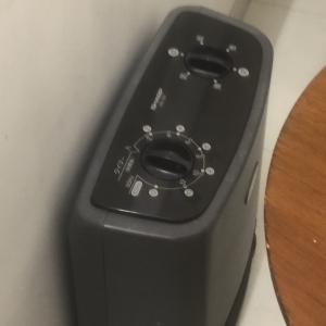 現在は足元に電気ヒーターが置いてありました。