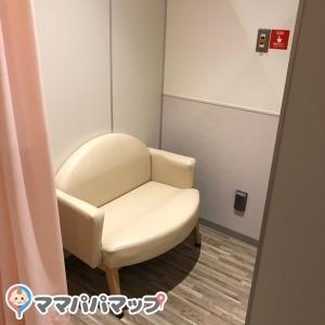 授乳室の椅子は広く綺麗で座った横に赤ちゃんを寝かせることも可能