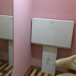 授乳室にも鏡とオムツ台付き