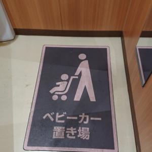 授乳室とオムツ台横に、ベビーカースペースがあります。