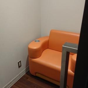 部屋の奥にある授乳用の椅子。ドリンクホルダー付き。