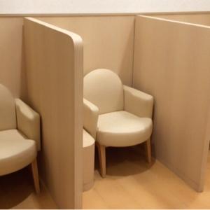 授乳スペースは壁の仕切りのみでカーテンは無し。椅子の座面は少し狭く感じました。