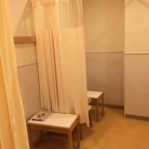 授乳室(左側)、カーテンは前方のみ設置あり