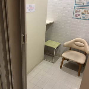 個室の授乳室にはベビーカーのまま入れます。