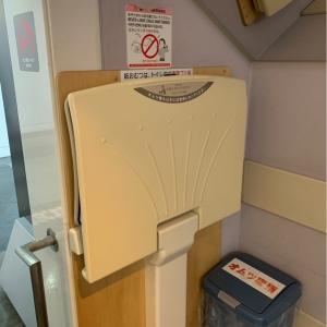 エスカレーター下のオムツ交換台 隣にオムツを捨てるゴミ箱もありました。