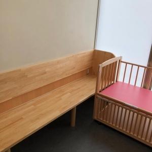 授乳するには十分の椅子と、おむつ替えようのベッドがあります