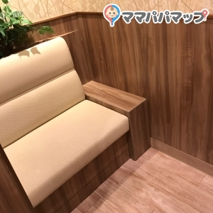 授乳室です。いくつかカーテンで仕切られています。2人掛けくらいのソファーがおいてありますが荷物置くところは無いです。