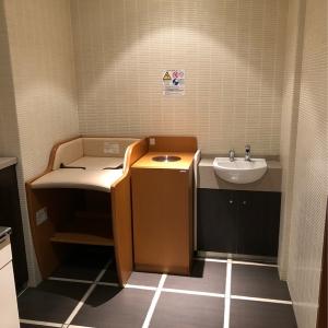 おむつ交換台は1つですが、ベビー休憩室の斜向かいにある多目的トイレにもユニバーサルシートがあります。