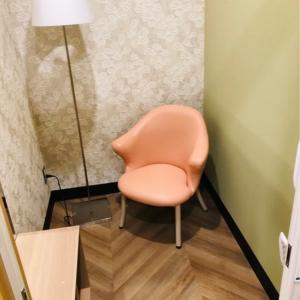 授乳室内は棚もあり荷物が置けますし、広いのでベビーカーもはいるようです。アコーディオンカーテンは鍵もかけられて安心です。