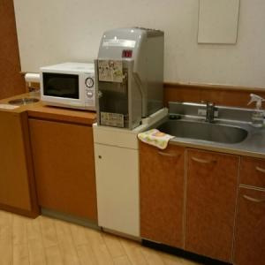 80度のお湯が出るポットと、手洗い場と、電子レンジがあります