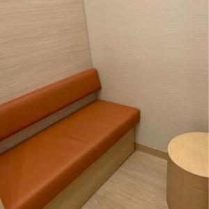 授乳室。ソファシートとテーブルがあります