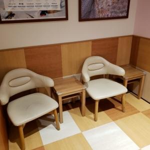 授乳室(椅子5つのうちの2つ)