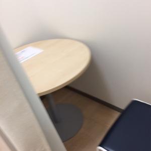 個室内。椅子は授乳用ではなく、普通の椅子です。大きなテーブル個室内にあるので、荷物が多くてもドサっと置けて便利でした。
