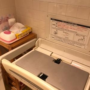 オムツ替え用の台は女子トイレの中。
