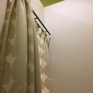 カーテンが二重になっていて間違って開けられても安心。開ける時も声をかけてから開けてねと、注意喚起の紙もカーテンの外に貼ってありました。