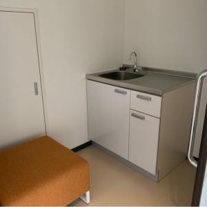 中には水道、オムツ替え台、椅子のみ。お湯はなし、ハンドソープや消毒もなし。まさかの鍵なし!!