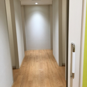 中は個室が左右2部屋ずつ計4部屋 仕切りは厚手カーテン1枚