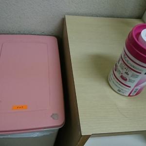 オムツ用のゴミ箱とウエットティッシュが置いてあります