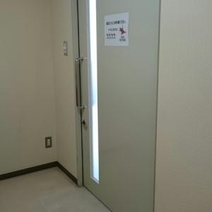カーテンなどはなく扉一枚だけなので、複数人での使用は難しいです。