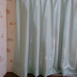 窓にはカーテンがかけられています