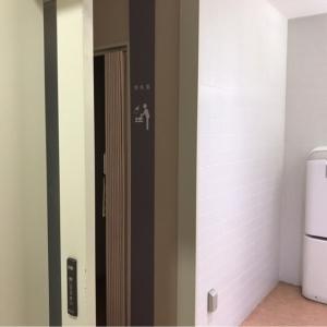 女子トイレの入口。右がトイレ、左が授乳室。