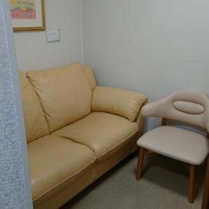 入って奥側のソファー