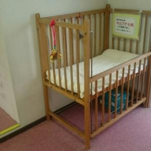 廊下におむつ替え用のベビーベッドがあります。