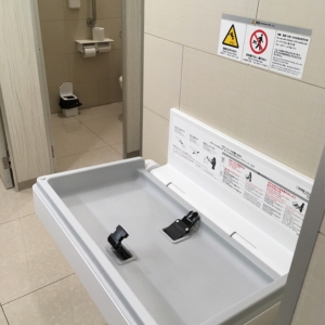 女子トイレのオムツ台です。