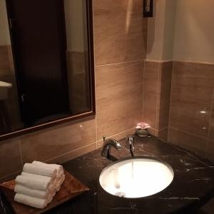 綺麗な手洗い場。おしぼりも嬉しい