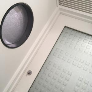 ドアは磨りガラス