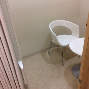 授乳室の中には椅子とテーブルがあります。